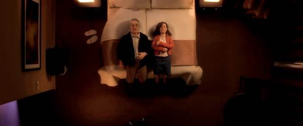Une chambre d'hôtel, un lit, un homme las (Michael)  et une femme complexée (Lisa).