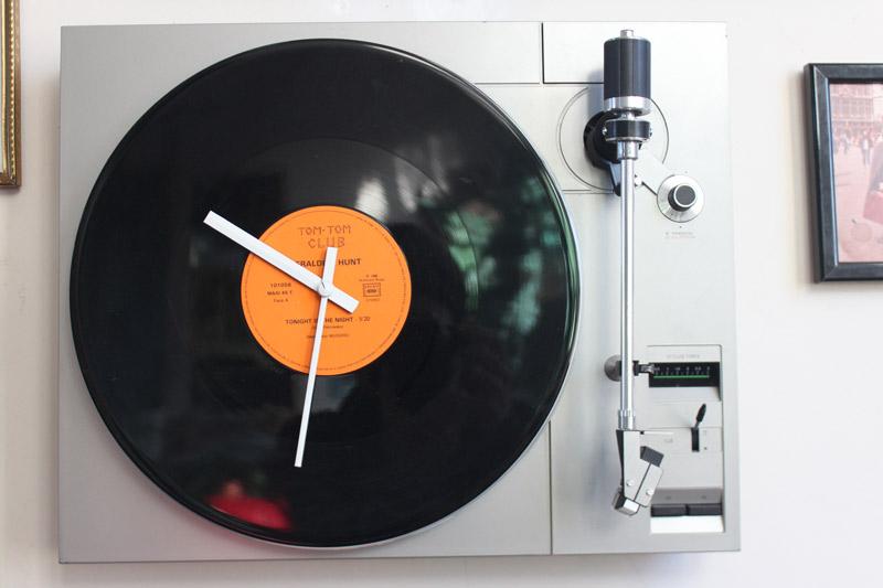 belle-dechette-vinyle-pendule