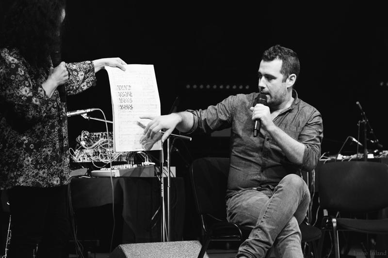 Jason Sharp explique comment est composée la partition utilisée par lui et Adam Basanta : tout part du rythme cardiaque de Sharp pour pulser l'ensemble, et une grande part d'improvisation est laissée.