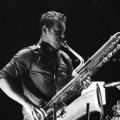 Jason Sharp et son saxophone baryton, instrument autant impressionnant qu'éprouvant physiquement. Les pulsations cardiaques continuent de servir comme base rythmique.