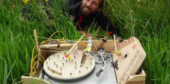 Gregaldur, en toute simplicité dans l'herbe, proposera son bricolage musical à la Parchemine pour un ciné-concert