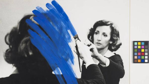 Helena Almeida Pintura habitada, 1975 Photographie en noir et blanc, peinture acrylique, 46 × 50 cm Porto (Portugal), collection Fundação de Serralves, | © FUNDAÇÃO DE SERRALVES, PORTO#/