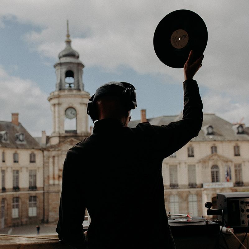 Dj Freshhh, le vinyle levé face à la mairie de Rennes le lundi 15 mars 2021 - ©Claire Huteau
